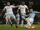 Útočník Manchesteru City Alvaro Negredo pálí na branku West Hamu v Ligovém