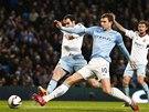 Útočník Manchesteru City Edin Džeko se pere s obránci West Hamu.