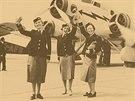 Profesi stevardky zavedly ČSA roku 1937. Mája Stará (vlevo) patřila ke třem...