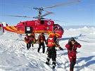 Čínský vrtulník z ledoborce Sněžný drak přiváží první z  vědců evakuovaných z...