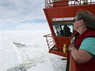 Z paluby australského ledoborce je v dálce na obzoru vidět čínský ledoborec...