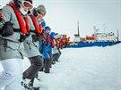 Posádka uvízlé lodi Akademik Šokalskij udusává sníh a připravuje tak plochu na...