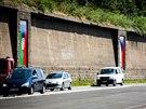 V�stava n�vrh� �esko-romsk�ch vlajek v pra�sk� venkovn� galerii Artwall.