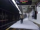 Sníh se dostal i do stanice metra nazvané podle 65. ulice (New York, 3. ledna...