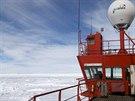 Pohled na uvázlý čínský ledoborec, který jel na pomoc lodi Akademik Šokalskij,...