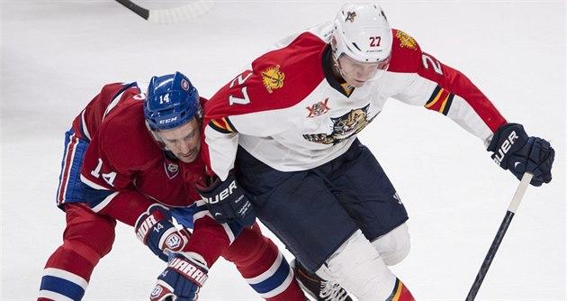 Tomá� Plekanec (vlevo) z Montrealu v souboji s  Nickem Bjugstadem z Floridy.