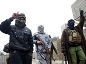 Bojovníci al-Káidy pochodují v ulicích irácké Fallúd�i poté, co z m�sta...