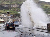 N�kolikametrov� vlny nar�ej� na pob�e�n� silnici ve vesnici Carnlough v...