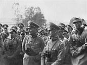 Generálplukovník Ritter von Leeb (velitel 12. armády) v popředí vpravo, po jeho