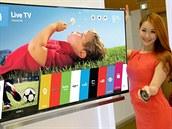 Operační systém webOS je i v této zahnuté televizi LG. Ve spodní třetině je...