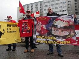 JSME S TEBOU. P��znivci Michaela Schumachera vyj�d�ili z�vodn�kovi podporu p�ed nemocnic� v Grenoblu.