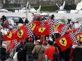 DRŽ SE - fanoušci Ferrari a Michaela Schumachera z Francie, Itálie a Německa.