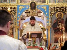 Kněz Nikolay Popov celebruje jednu z letošních vánočních bohoslužeb v