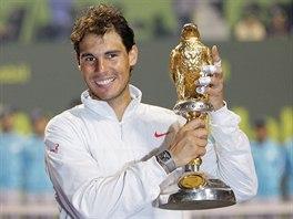 Rafael Nadal s trofejí pro vítěze turnaje  v Dauhá.