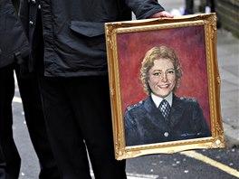 Policista drží na archivním snímku portrét Yvonne Fletcherové před ceremonií u