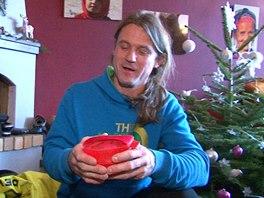 Mára Holeček ukazuje, v čem se vaří a z čeho se při expedici jí.