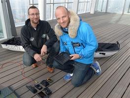 Ben Saunders a Tarka L'Herpiniere, v pozadí jejich saně