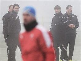 Dušan Uhrin mladší se svými spolupracovníky na prvním tréninku Plzně.