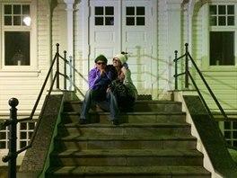 Charlie Sheen a Brett Rossi na schodech budovy b�val�ho francouzsk�ho konzul�tu...