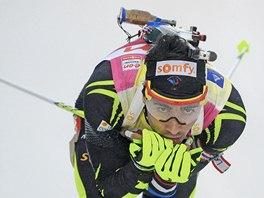 VE SJEZDU. Martin Fourcade ve sprintu SP v Oberhofu.