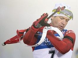 NA STŘELNICI. Ole Einar Björndalen ve sprintu SP v Oberhofu.