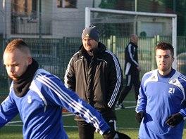 Olomoucký trenér Zdeněk Psotka (uprostřed) sleduje  Jana Javůrka (vlevo) a...