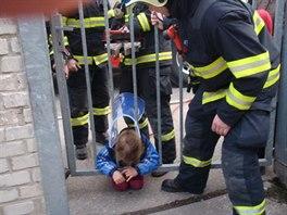 Hasiči v Prostějově pomáhali dívce, která při hraní strčila hlavu mezi mříže...