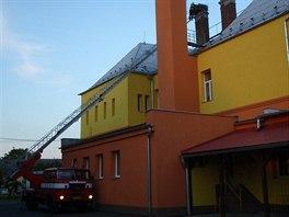 V Dlouhé Loučce na Olomoucku uničovští hasiči nejprve sundávali z hnízda na...