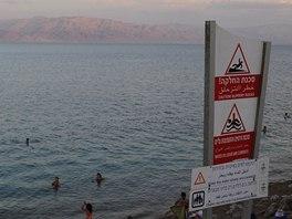 Pláž u Ein Gedi, v pozadí jordánské pobřeží Mrtvého moře