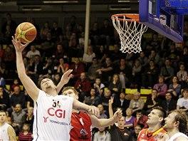 Děčínský basketbalista Miroslav Soukup (vlevo) se snaží zakončit útok přes
