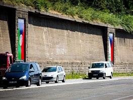 Výstava návrhů česko-romských vlajek v pražské venkovní galerii Artwall.