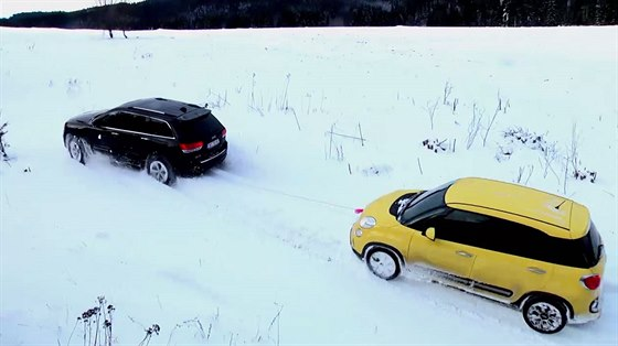 Video: Jeep a mal� Fiat ��dily na sn�hu