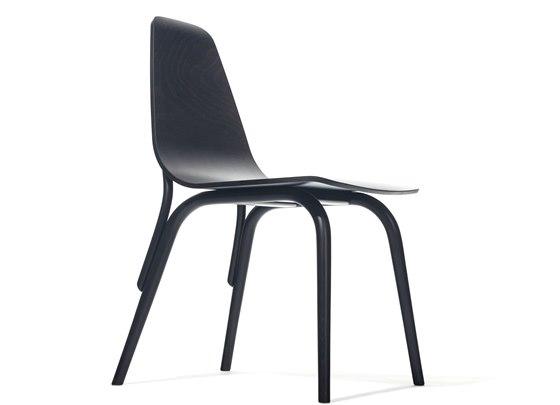 Židle Tram kombinuje tvarovaný sedák s klasickými ohyby z bukové kulatiny.