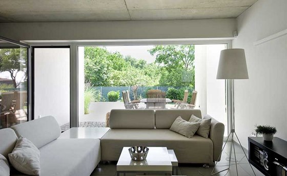 Interi�r je lad�n do neutr�ln� �k�ly b�l�, �ed� a �ern�, hlavn� akcent spo��v� v propojen� s krytou terasou a zahradou.