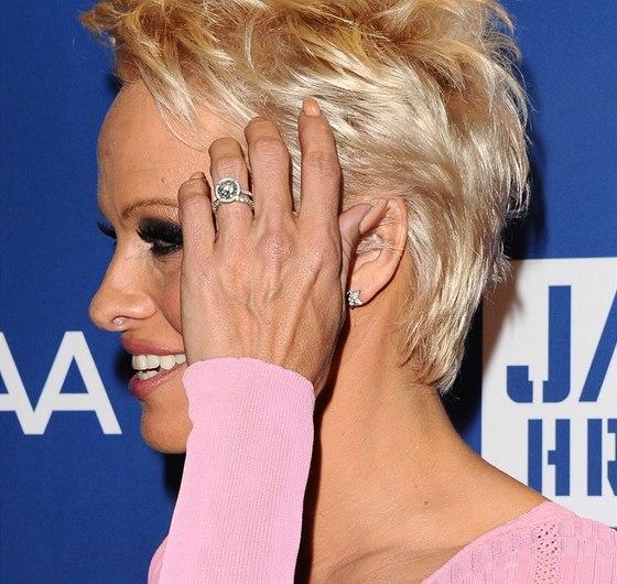 Pamela Andersonová se zásnubním prstenem