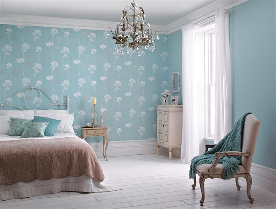 Při malování místnosti je vždy nejlepší začít od stropu.