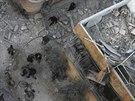 Trosky budov zničených při útoku Asadova dělostřelectva na damašské předměstí...