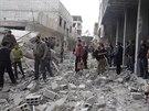Syřané obhlíží trosky po útoku Asadova dělostřelectva na damašské předměstí...