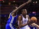 Kevin Durant z týmu Oklahoma City (vpravo) byl v utkání proti Golden State
