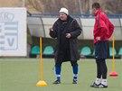 Verner Lička vede trénink fotbalistů bez angažmá.