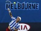 Český tenista Tomáš Berdych podává v osmifinále Australian Open.