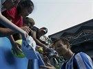 Tomáš Berdych rozdává po postupu do čtvrtfinále Australian Open podpisy...