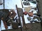 Předměty, které našli potapěči ve Vltavě pod Karlovým mostem (18. ledna 2014)
