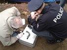 Policisté zkoumají zbraň, kterou našli potapěči ve Vltavě pod Karlovým mostem...