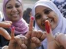 Egyptské ženy ukazují své prsty namočené v inkoustu poté, co hlasovaly v...