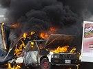 Hořící automobily před vjezdem do Paracuara. Tím místní obyvatelé vyjadřují...
