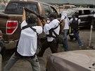 Členi sebeobranné skupiny zasahují u požárů způsobených místními obyvateli.