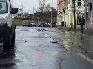 Voda z prasklého vodovodního řadu se vylila do ulic Na Strži a Vosmíkových na...