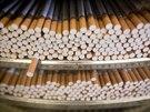 Každá z výrobních linek vychrlí 8-10 tisíc cigaret za minutu