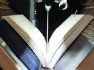 Automatizovaný scanner. V Moravské zemské knihovně rozřezávají knihy. Kvůli...